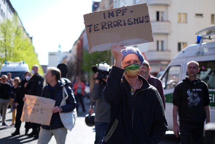 In Berlin waren unter anderem Impfgegner, bekannte Verschwörungstheoretiker und rechtsgerichtete Demonstranten dabei