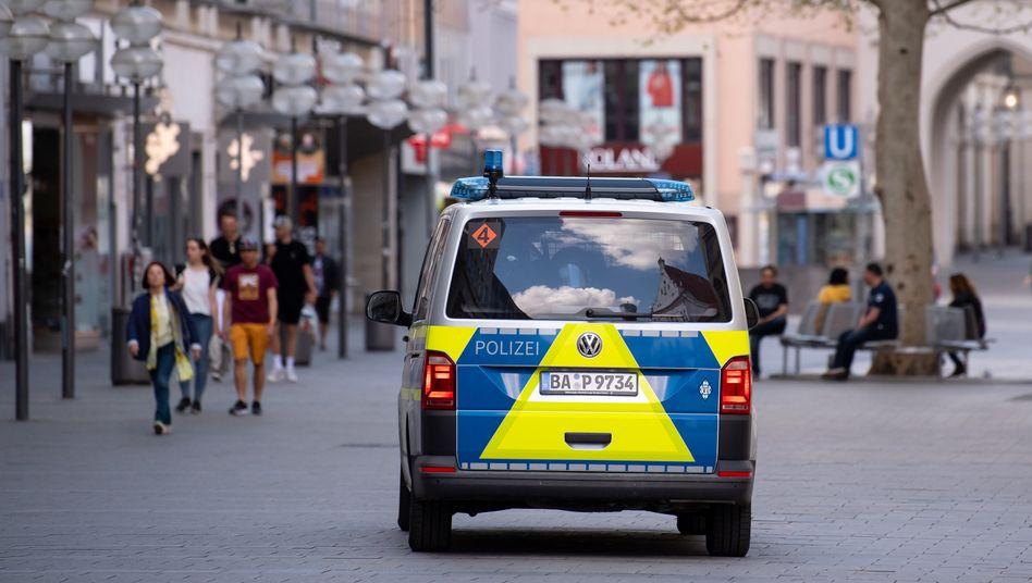 Polizeiwagen in der Münchner Fußgängerzone Mitte April