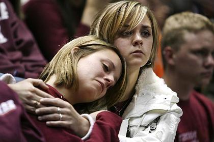Suche nach Trost: Trauernde Studentinnen in Blacksburg