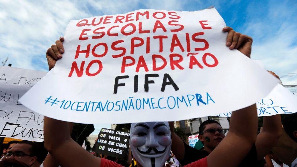 Demonstrant in Brasilien: Protest gegen die Kosten der Fußball-WM
