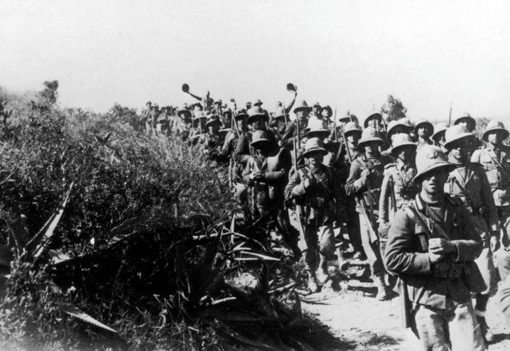 1935: Die Invasionstruppen des faschistischen Italien marschieren während des Italo-Äthiopischen Krieges in Abessinien ein