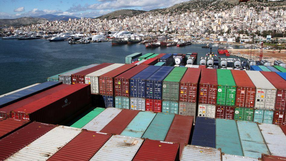 Containerschiff im Hafen von Piräus: In Griechenland könnte die Wirtschaft bis zu knapp zehn Prozent einbrechen