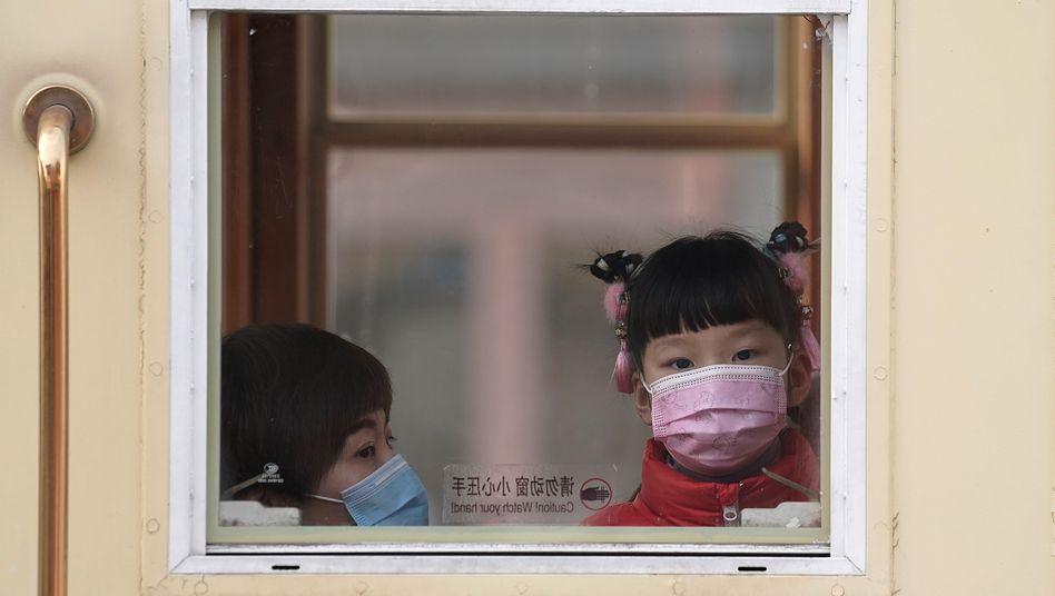 Frau und Kind in Peking: Die Aufhebung der seit 1979 geltenden Ein-Kind-Politik hatte 2016 nur zu einem leichten Anstieg der Geburten geführt
