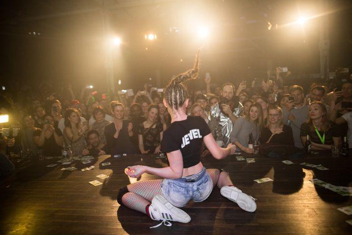 Zwei weiße Mädchen Twerking