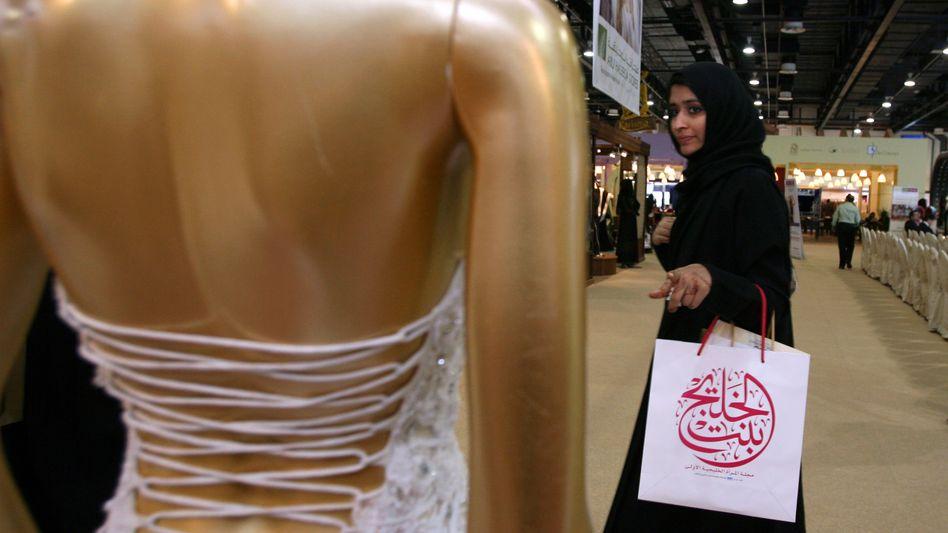 Verschleierte Frau in Dubai: Statement zur Gruppenidentität