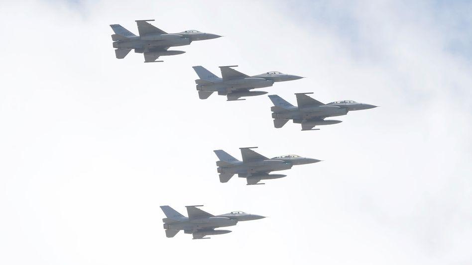 Kampfflieger von Taiwans Luftwaffe bei einem Schauflug anlässlich des Nationalfeiertags