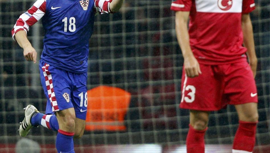 Kroaten-Stürmer Olic (l.), türkischer Spieler Hakan Balta: Klarer kroatischer Sieg in Istanbul