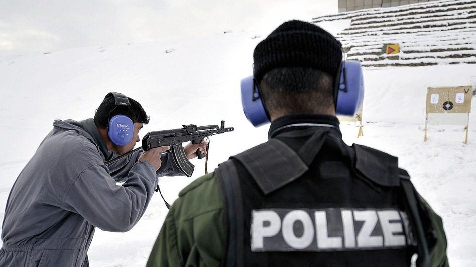 Afghanischer Polizist, deutscher Ausbilder