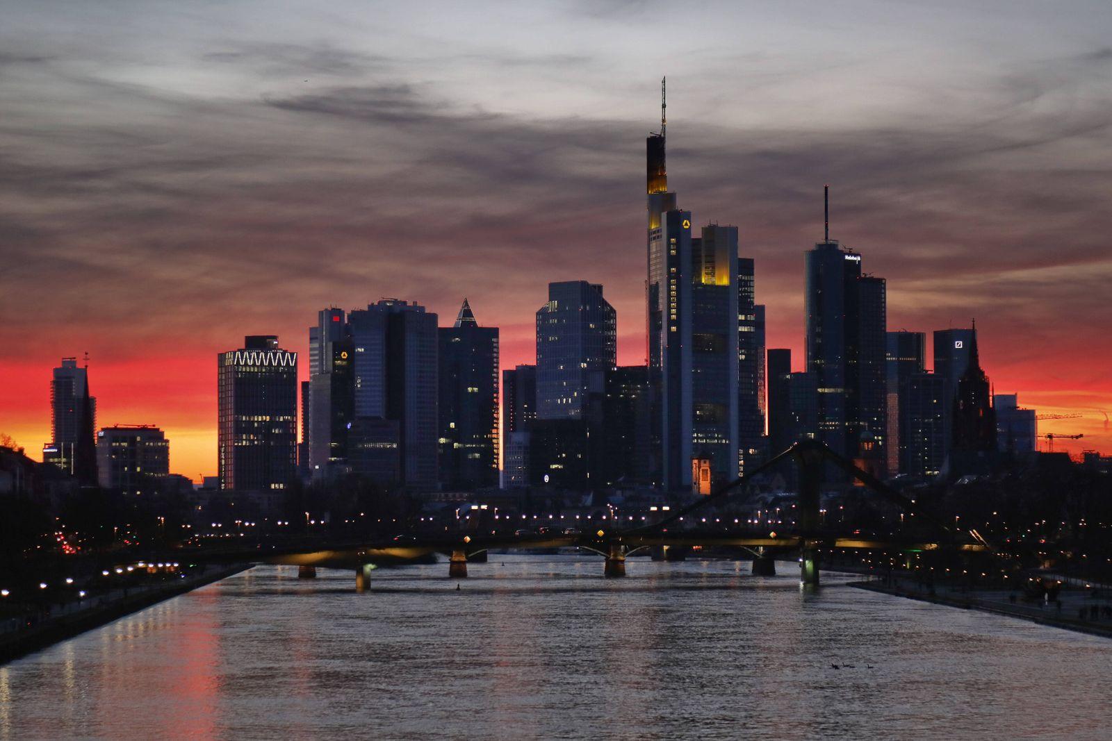 15.03.2020, Frankfurt, DEU Frankfurter Skyline im Abendlicht *** 15 03 2020, Frankfurt, DEU Frankfurt skyline in evening