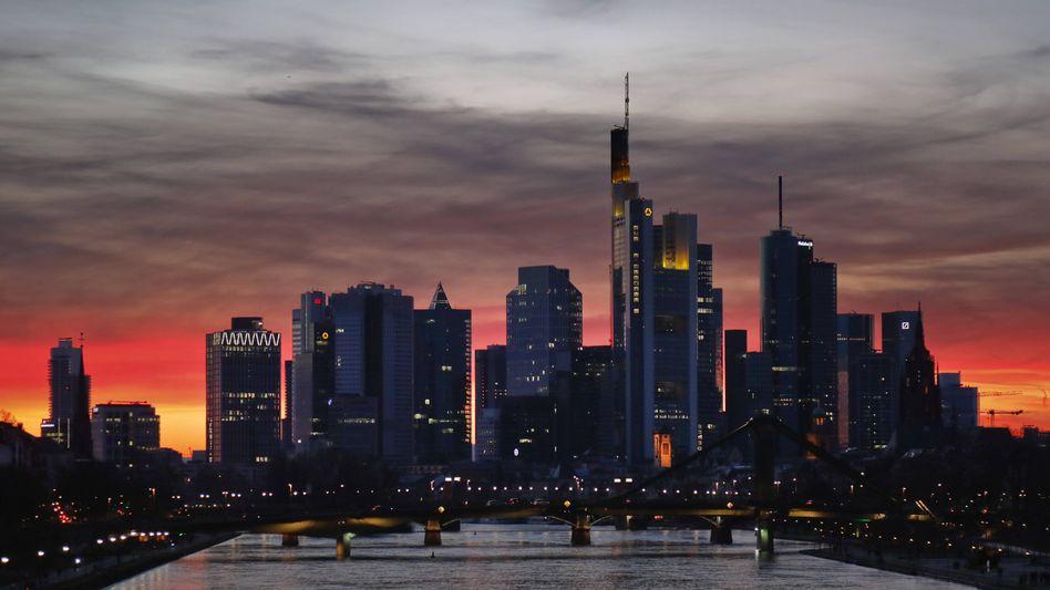 Frankfurter Finanzviertel: Die Kurse haben sich halbiert