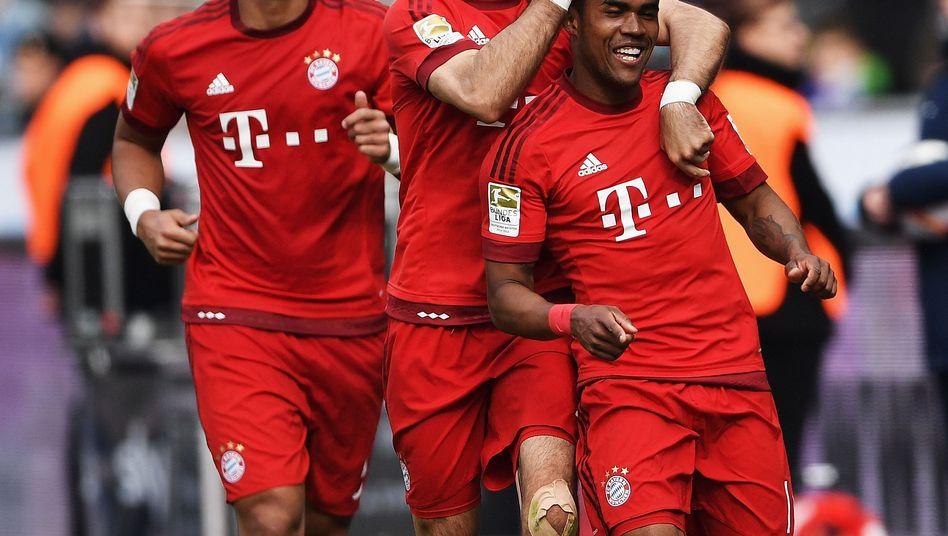 Jubelnde Bayern-Profis um Torschütze Douglas Costa (r.)