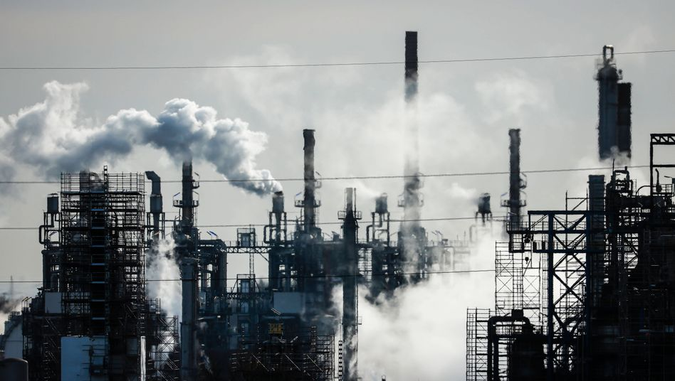 Erdölraffinerie in Gelsenkirchen: Steigen die Rohstoffpreise weiter, bekommt die Weltwirtschaft ein Problem