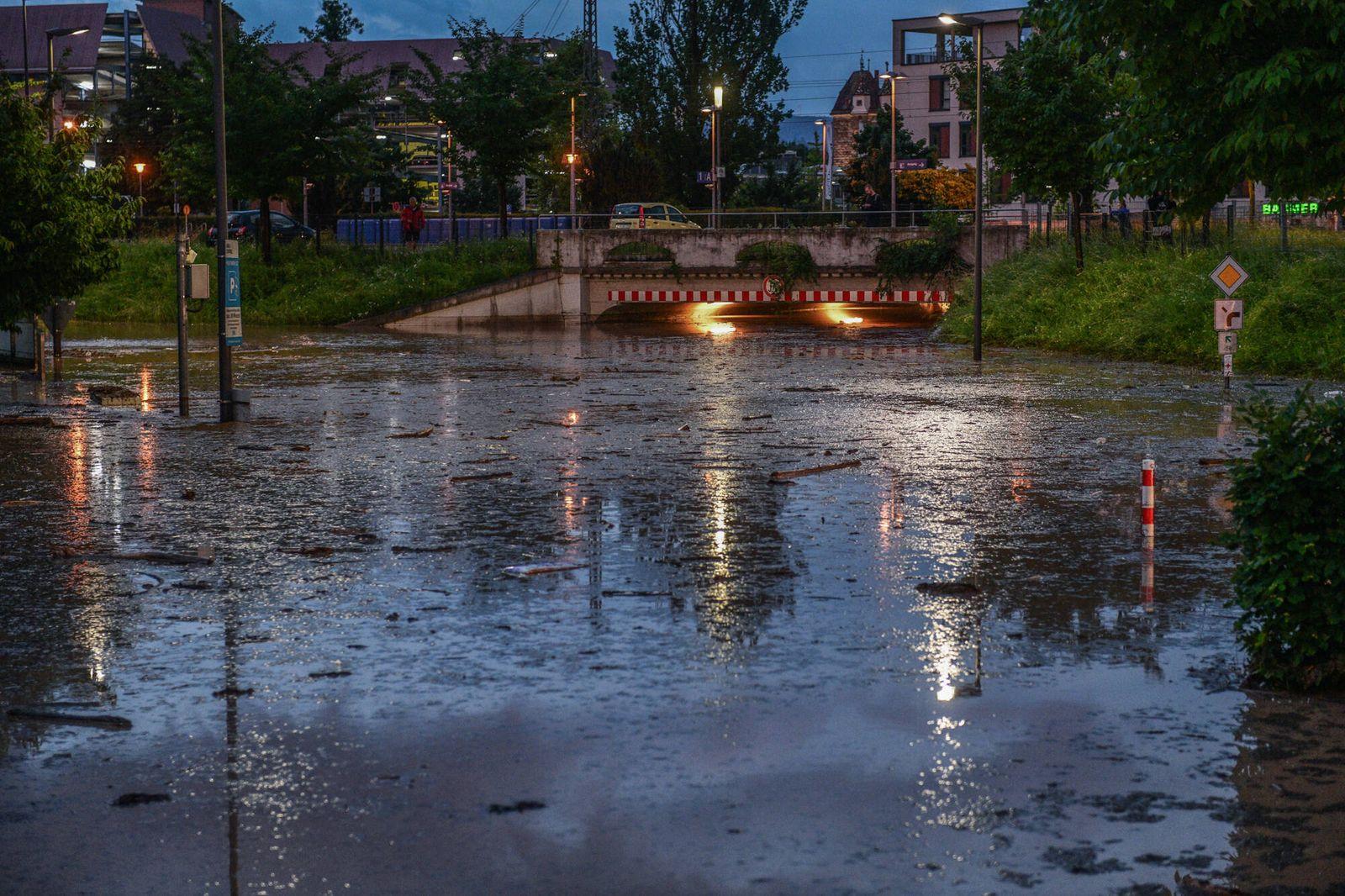 Unwetter in Schwäbisch Gmünd, 23.06.2021, Baden-Württemberg, Schwäbisch Gmünd: Feuerwehrleute sind nach einem starken G