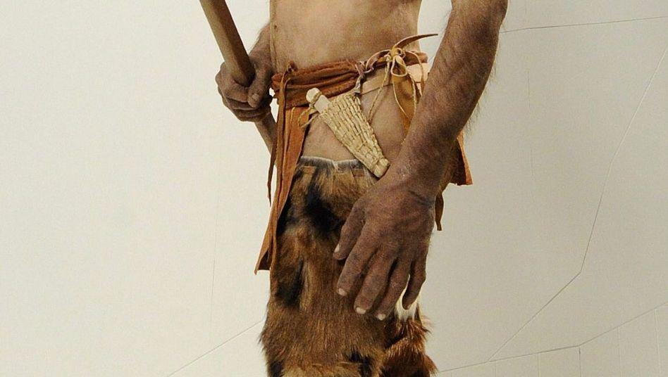 Nachbildung von Ötzi im Archäologiemuseum in Bozen