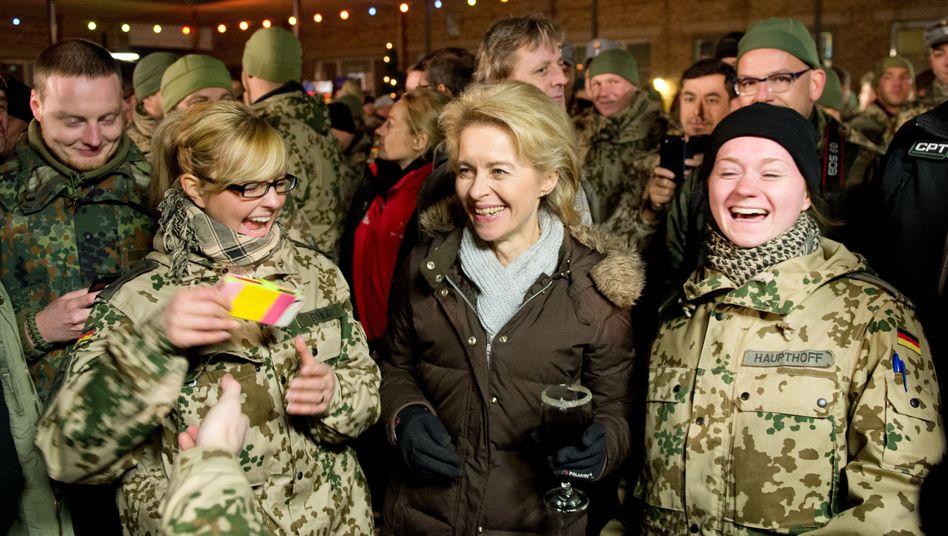 """Verteidigungsministerin von der Leyen mit Soldatinnen: """"Sie möchten ein glückliches Familienleben führen"""""""