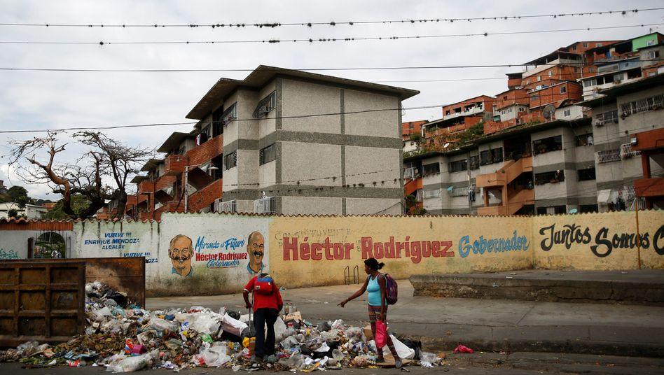 Menschen suchen im Müll nach Verwertbarem