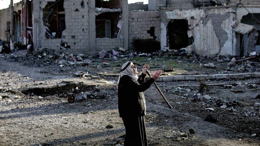 »Charbana«, ruft der Mann immer wieder, »Verwüstung«. Er sei der Einzige, der hier noch lebe. Assads Armee hatte sich mit Panzern im Wohngebiet eingeigelt. Als die Rebellen angriffen, zogen die Soldaten ab, dann habe die Luftwaffe bombardiert; Deir al-Sor, November 2012