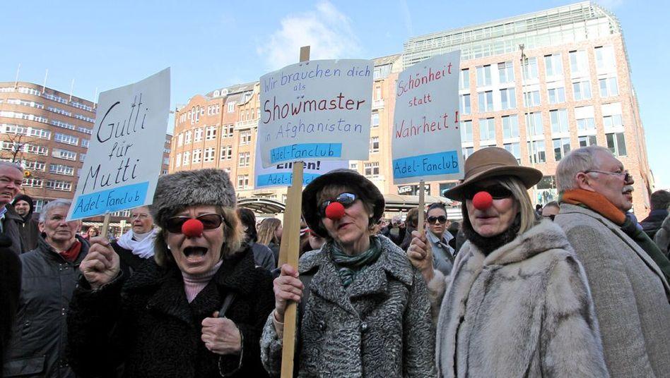 Demos in Deutschland: Guttenberg-Gegner verhöhnen Guttenberg-Fans