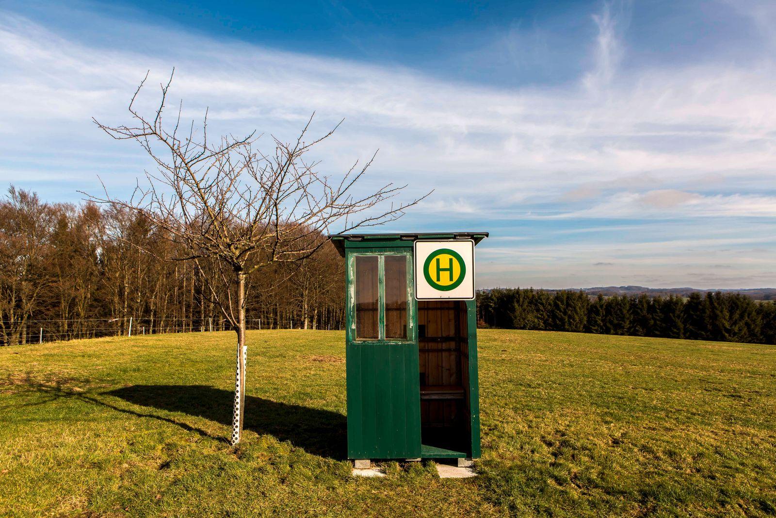 Einsame Bushaltestelle auf einem Feld in der Nähe von Wipperfeld ( Bergisches Land NRW ) Bushaltestelle *** Lonely bus s