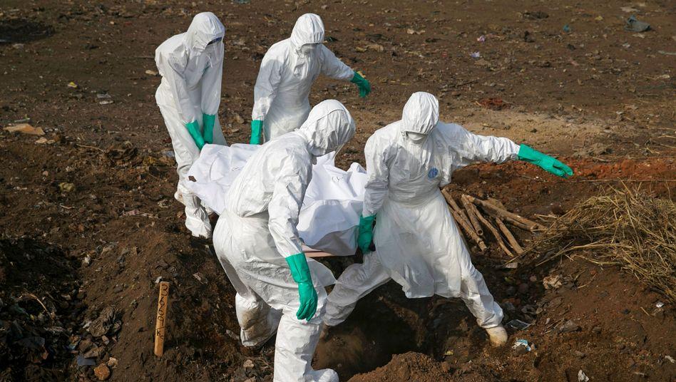 Bestattung eines Ebola-Opfers in Sierra Leone (2014)