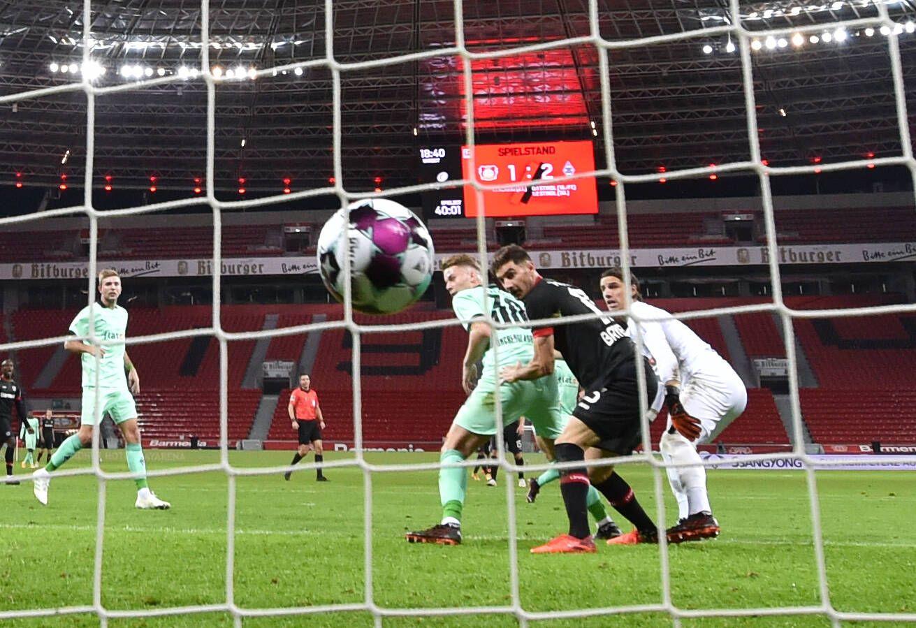 Lucas Alario (Bayer 04 Leverkusen), mi., erzielt mit einem Kopfball das Tor zumm 2:2, rechts Torwart Yann Sommer (Borus
