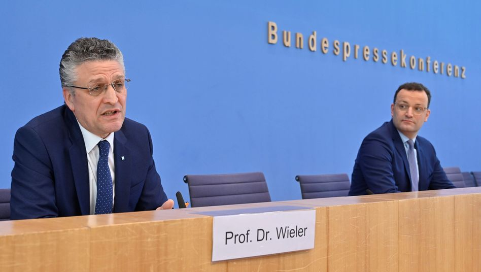 Lothar H. Wieler, Präsident des Robert Koch-Instituts, und Gesundheitsminister Jens Spahn im Haus der Bundespressekonferenz in Berlin