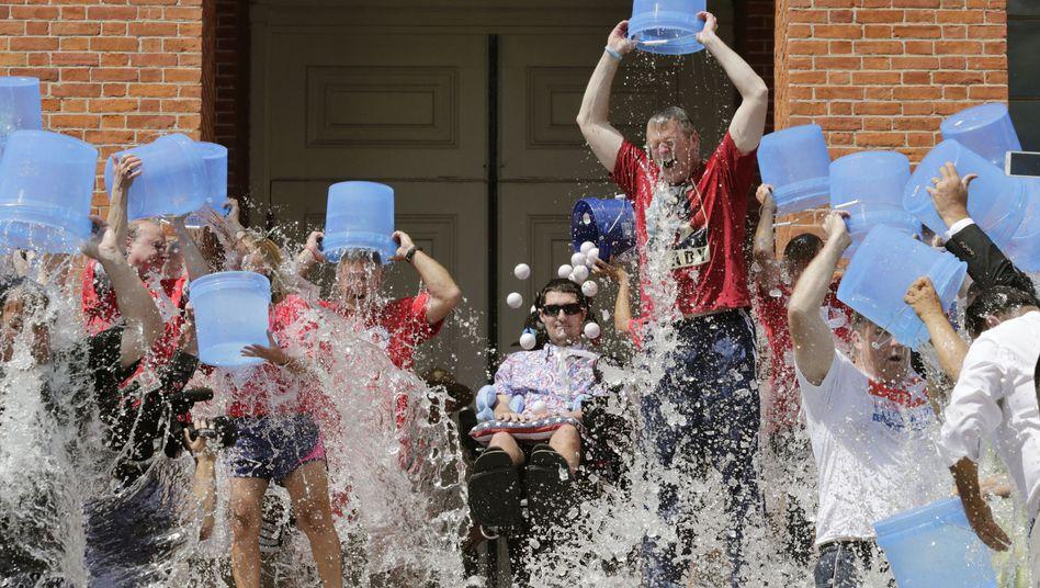 Pete Frates (Mitte) zwischen Teilnehmern der Ice Bucket Challenge in Boston (Archivbild)