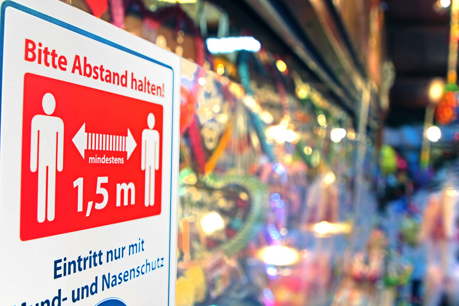 Weihnachtsmärkte in Krisenzeiten Ein Stand auf einem ausgedünnten Weihnachtsmarkt mit strengen Hygienevorschriften Esse