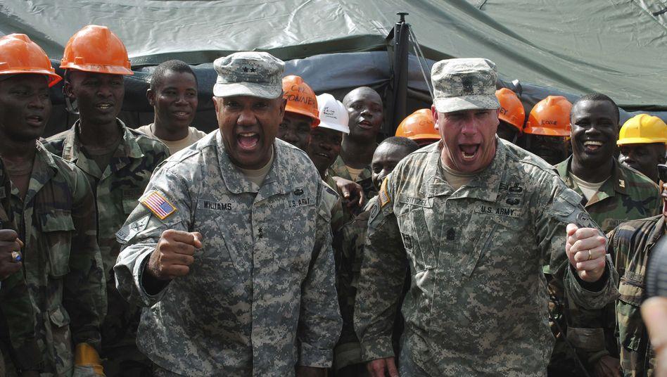 Einsatz in Liberia: US-General Darryl Williams (l.) und Sergeant Major Jeffrey T. Stitzel (r.) feuern im Krisengebiet Soldaten an