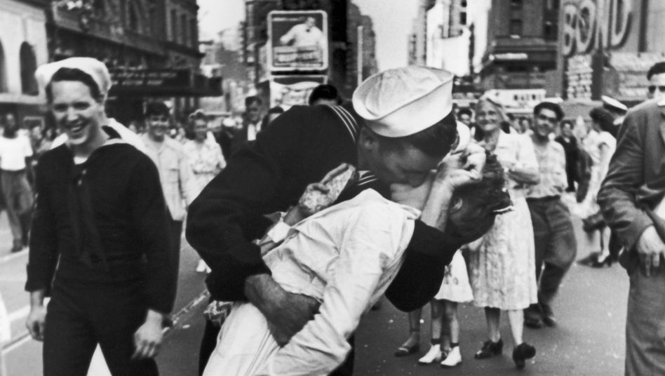 Foto vom Kuss-Moment am V-J Day am 15. August 1945 auf dem Times Square in New York