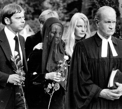 Ignes Ponto bei der Beerdigung ihres Mannes: Eine außergerichtliche Einigung mit Constantin Film scheiterte bislang