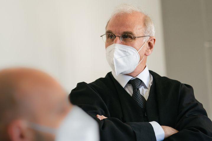 Angeklagter Mönch, Verteidiger Bethäuser (rechts): Gewissensfreiheit höher als das Recht auf Strafverfolgung