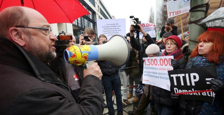 EU-Parlamentspräsident Martin Schulz besucht Aktivisten - für ein paar Minuten zumindest, dann wird er unter Sprechchören verabschiedet