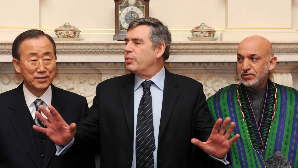 Britains Prime Minister Gordon Brown poses with UN Secretary-General Ban Ki-moon and Afghan President Hamid Karzai inside 10 Downing Street ahead of Thursday's Afghanistan conference in London.