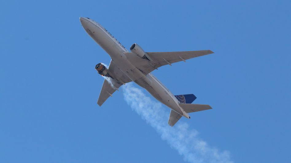 Boeing 777-200 der United Airlines mit brennendem Triebwerk bei Denver (am 20. Februar)