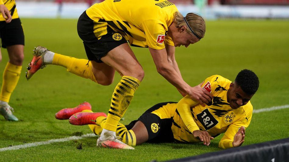 BVB-Star Erling Haaland (links) jubelt mit Siegtorschützen Ansgar Knauff