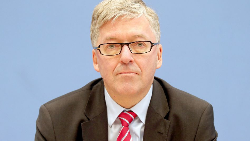 """Hans-Peter Bartels, Wehrbeauftragter des Deutschen Bundestages, findet es """"ungewöhnlich"""", dass der MAD nicht selbst über seine Erkenntnisse berichtet"""