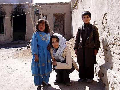 Hila-Nawa Alam beim Besuch in Afganistan mit Straßenkindern