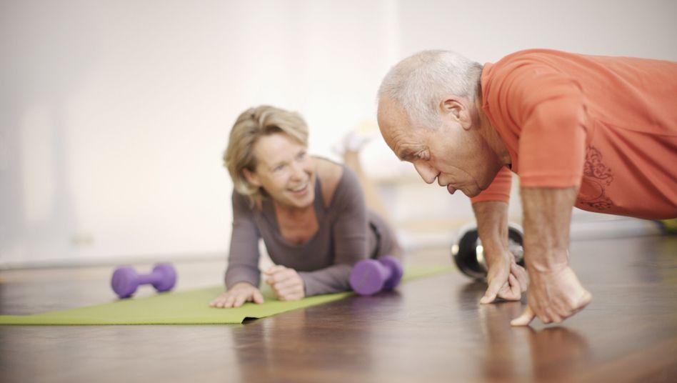 Senioren beim Sport: Selbst Raucher halten sich heute für fit und gesund