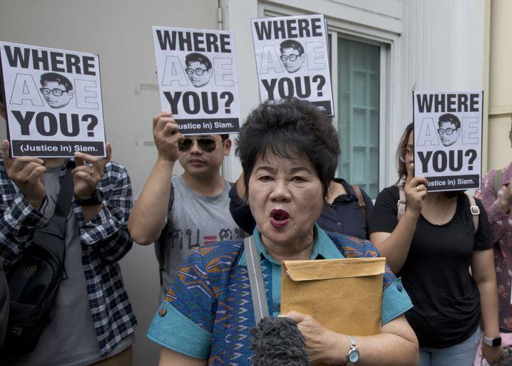 Kanya Theerawut, Mutter von Siam Theerawut, vor der vietnamesischen Botschaft in Bangkok