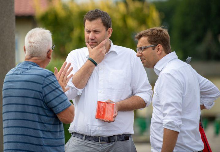 Lars Klingbeil, Brandenburgs SPD-Generalsekretär Erik Stohn (r.) beim Wahlkampf in Jüterbog: Die möglichen Favoriten zögern