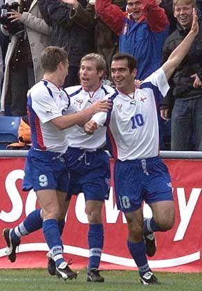 Die Spieler der Färöer-Insel hatten Spaß beim Fußballspiel gegen Schottland - unter der Woche arbeiten sie als Grundschullehrer oder Eisverkäufer