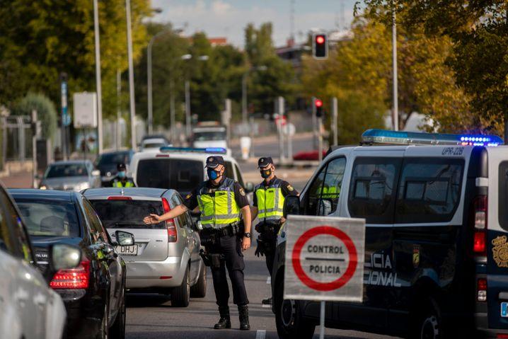 Straßensperren verhindern das Betreten eines abgeriegelten Stadtteils in Madrid