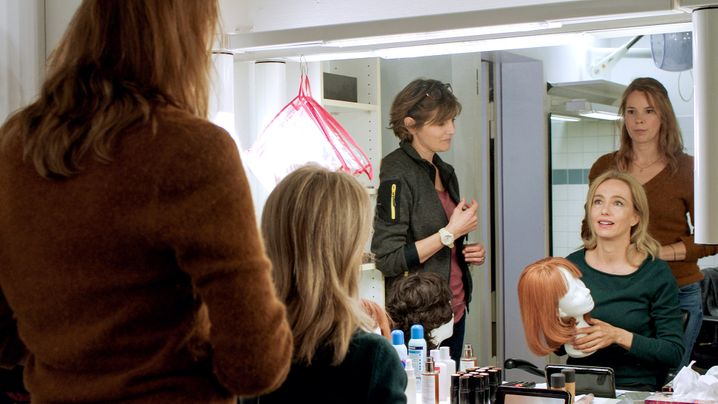 Schauspielerin Almut (Ursina Lardi, M.) macht sich für das Casting bereit