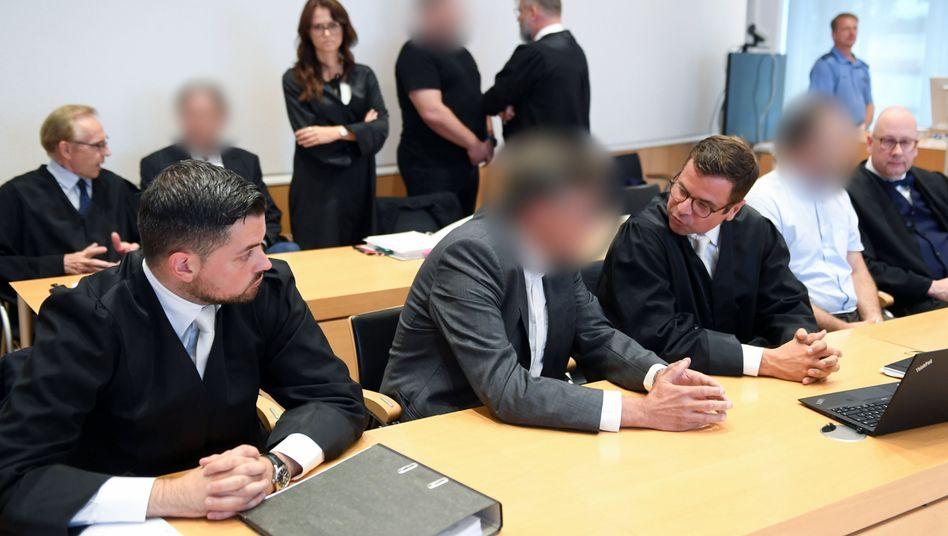 Angeklagte beim Prozessauftakt: Das Landgericht Fulda geht von einem langwierigen Verfahren aus