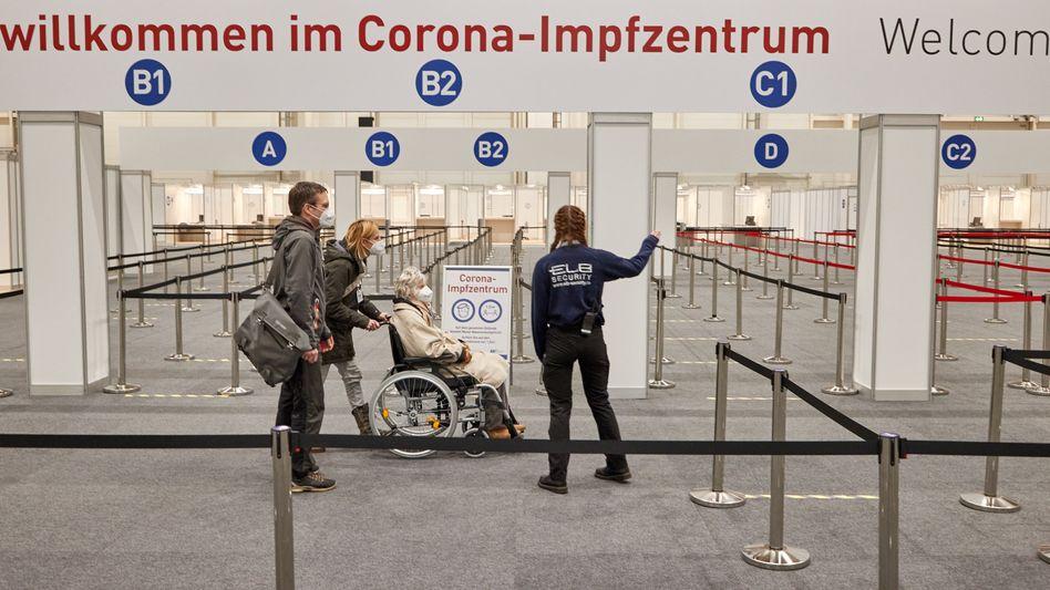 Hamburg: Corona-Impfzentrum in den Messehallen
