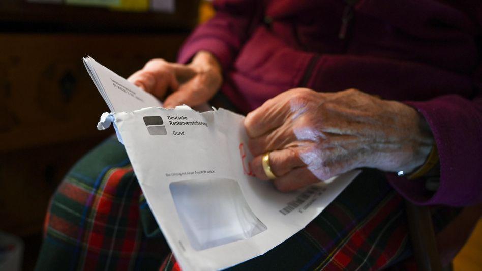 Seniorin mit Rentenbescheid: Längere Lebenserwartung ist ein wichtiger Grund für längeren Bezug