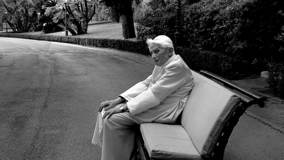 Emeritierter Heiliger Vater Benedikt XVI. in den vatikanischen Gärten im Juni 2019