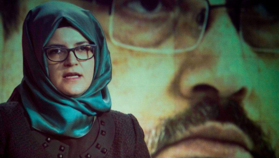 Hatice Cengiz vor einem Bild ihres ermordeten Lebensgefährten Jamal Khashoggi