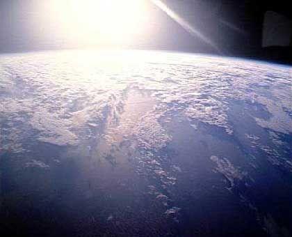 Sonnenaufgang über der Erde: Planet ist kleiner als bisher bekannt
